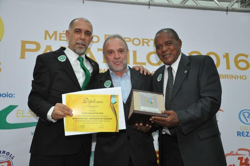 Presidente do Sport Club Juiz de Fora, Jorge Ramos, recebe o Mérito pelo Centenário de Fundação. Na entrega, Ademir de Barros, o Paraná, presidente do Panathlon Club de Sorocaba