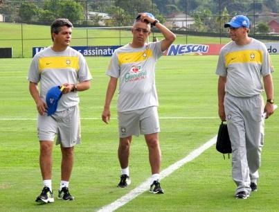 De acordo com informações do Tupi, Éder Bastos (ao centro) teve longa parceria com Ney Franco (esquerda)