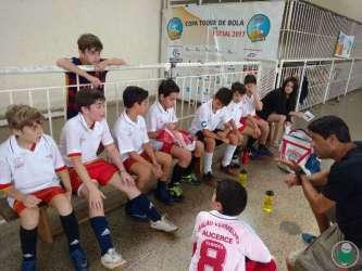 Meninos da Escola Balão Vermelho em intervalo da partida