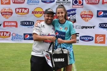 Eduardo Lemos, grande batalhador do futsal e do esporte local, entrega kit dos patrocinadores a Marina Loures