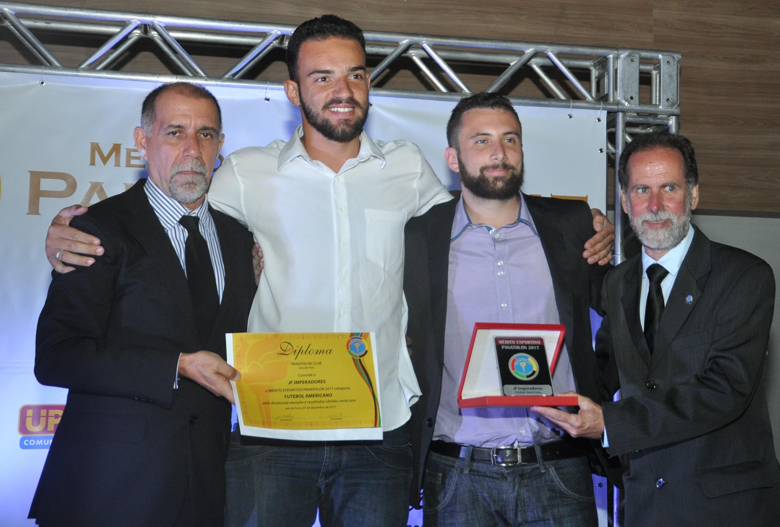 Cláudio Esteves, e Laércio Azalim e Diego Alves, do JF Imperadores (Futebol Americano) e Basileu Tavares (Panathlon Club JF)