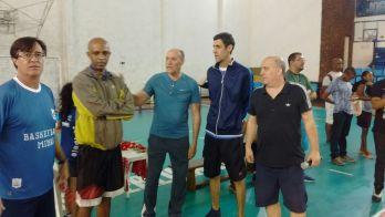Professores e treinadores trocam ideias durante o evento