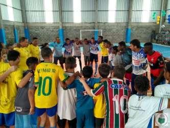 Léo Lima (de azul) reúne os jogadores para uma corrente de animação