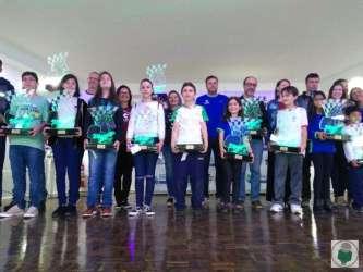 Campeões da Liga X 2019 posam com seus troféus de LED