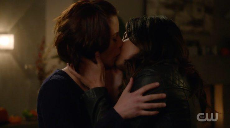 "Supergirl 2x08 ""Medusa"" television review Alex/Maggie kiss"