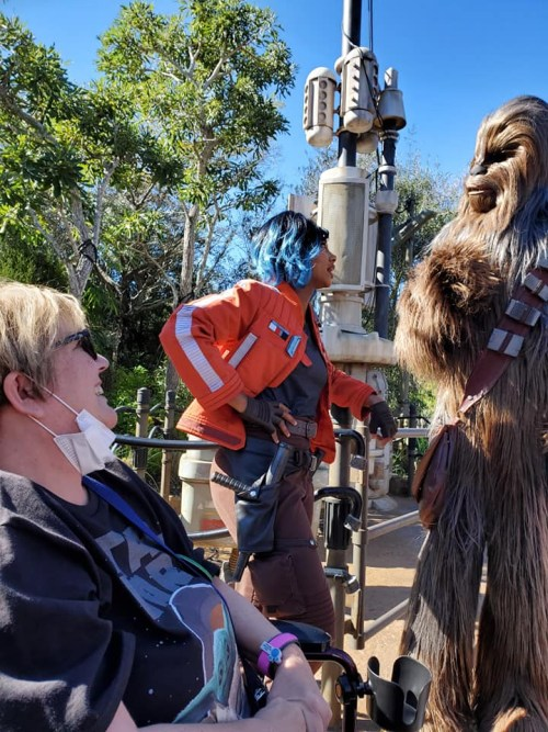 Vi and Chewie character actors at the Galaxy's Edge theme park.