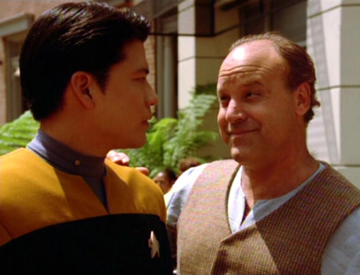 Harry Kim (Garrett Wang) and Cosimo (Louis Giambalvo) in Star Trek: Voyager