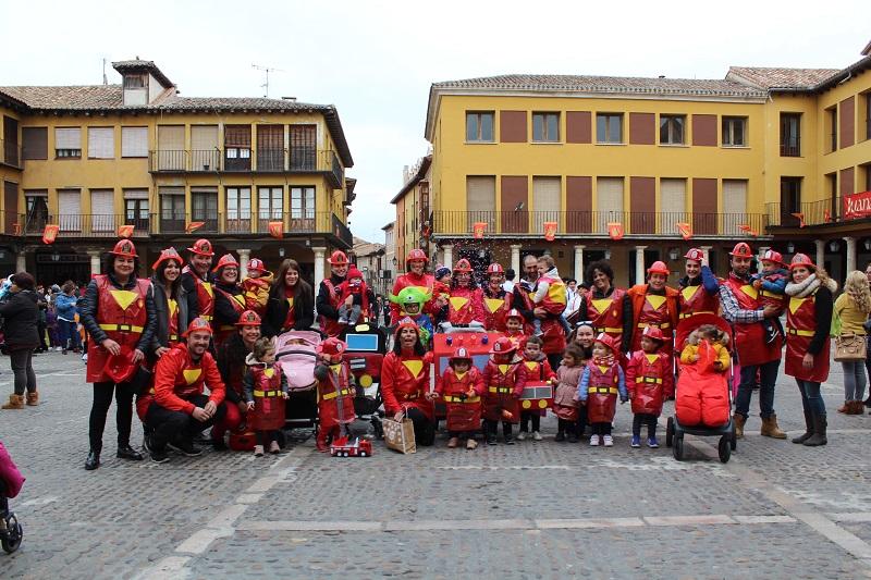 La comitiva carnavalesca llena de color las calles de Tordesillas