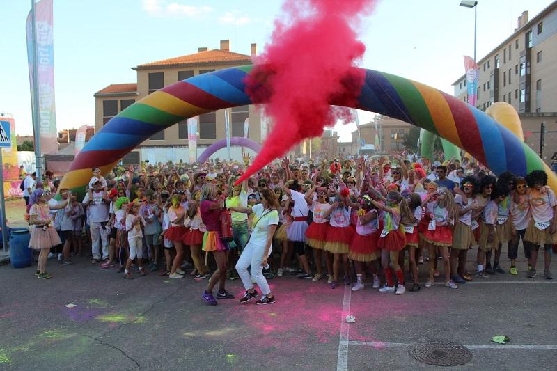 La 'Holi Life Lite' inunda de polvos de colores las calles de Tordesillas