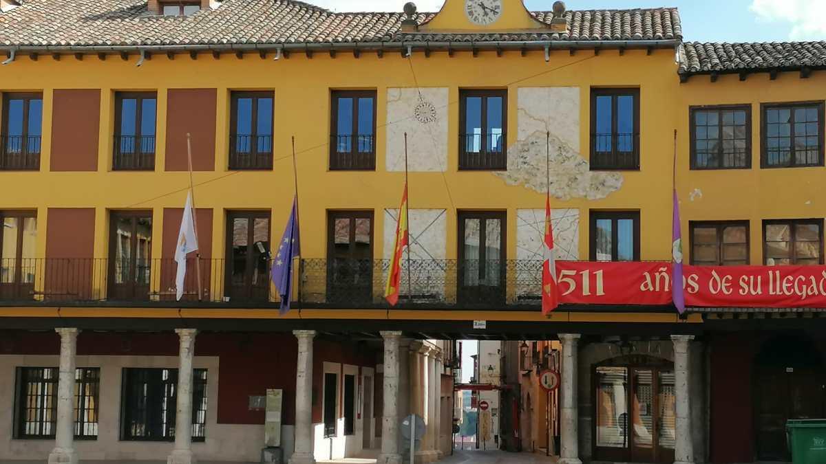 Tordesillas homenajea a los caídos por el coronavirus con banderas a media asta