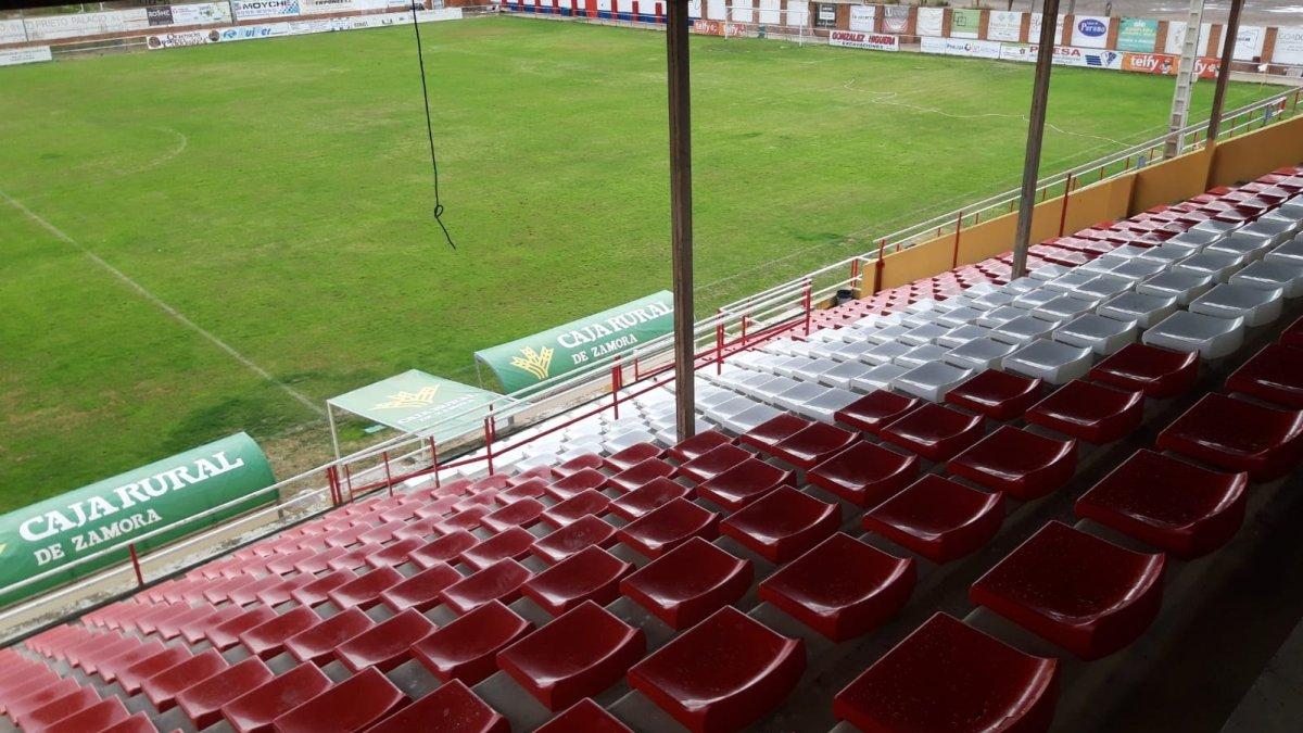 El Atlético Tordesillas concluye la instalación de sus asientos en la grada de Las Salinas