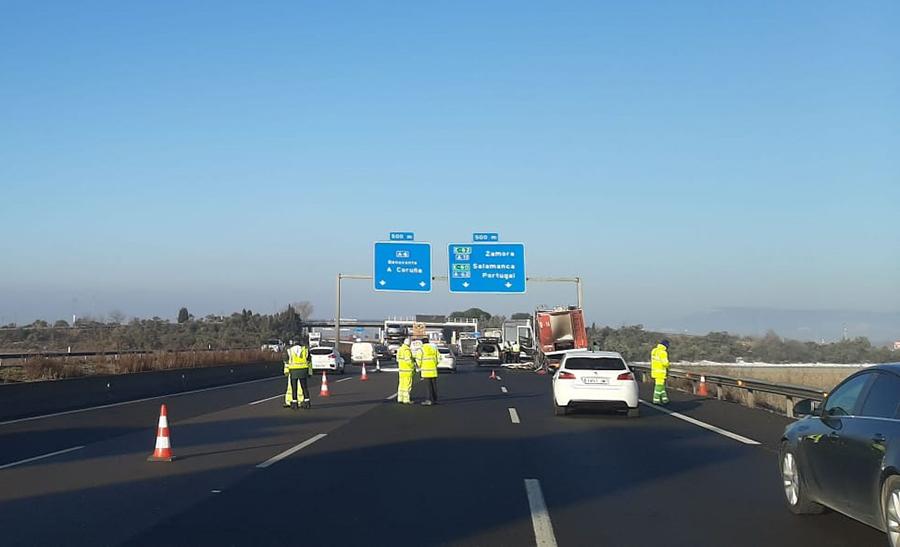 Fallecen tres personas atropelladas por un camión en la A-6 a la altura de Tordesillas