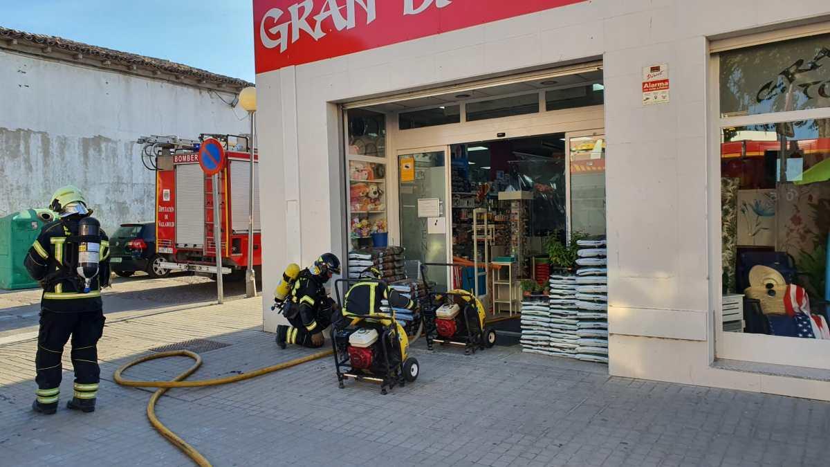 Los Bomberos de la Diputación intervienen en un incendio en el interior de un bazar en Tordesillas
