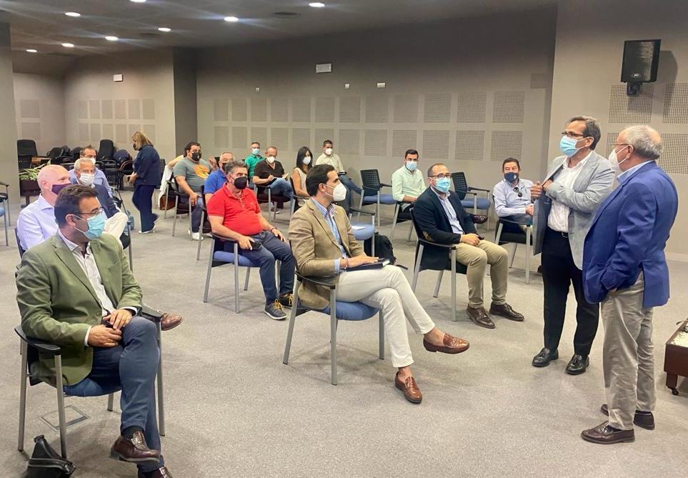 La Junta muestra su preocupación a los alcaldes ante la incidencia en la población de 20 a 29 años