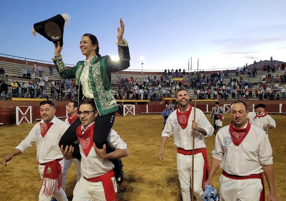 Ana Rita, triunfadora en una entretenida y multitudinaria corrida de rejones