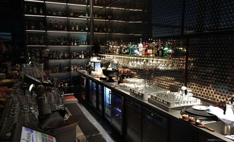 Summit Bar Oslo bak baren