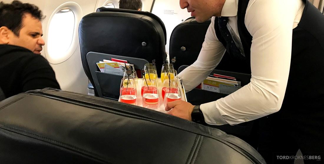 Turkish Airlines Business Class Doha Istanbul Oslo velkomstdrink servering