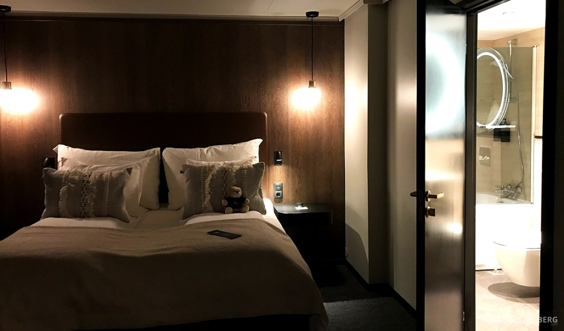 Funken Lodge Svalbard seng og bad