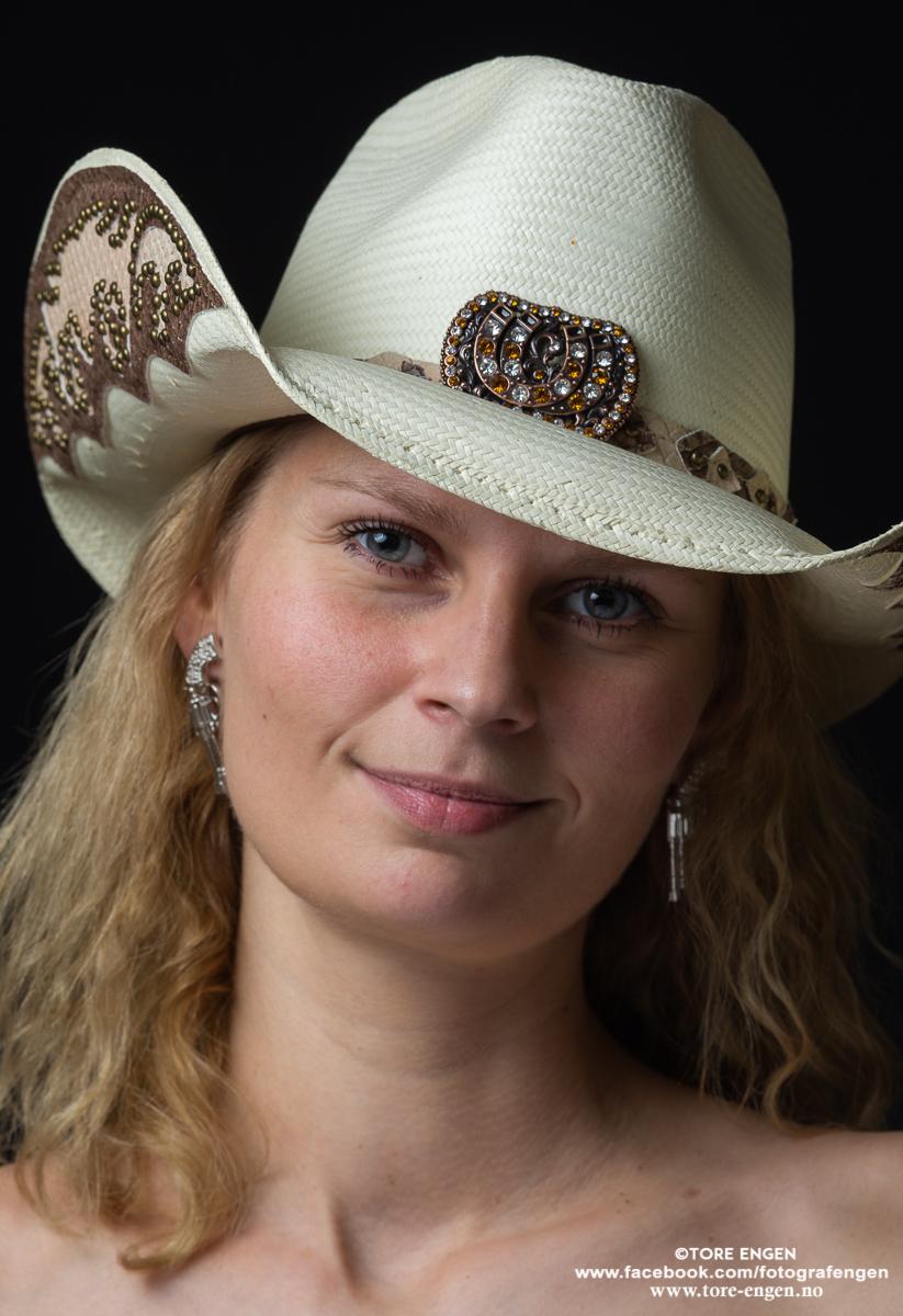Portrett av ei vakker dame med cowboyhatt