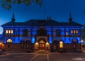Belysningen på Gjøvik stasjonsbygning om natten