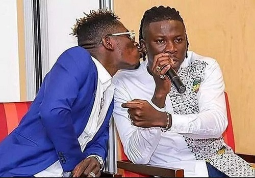 Shatta Wale Kisses Stonebwoy While Making Peace After Fight On Award Stage (Video)