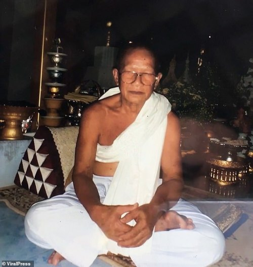 Thammakorn  Monk Chops Off His Own Head To Please Buddha (Photo) Thammakorn