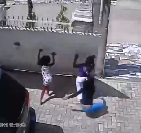 Omg! 3 Kids Narrowly Escape Death As Gate Crashes On Them At Their Home In Abuja (Video) 1