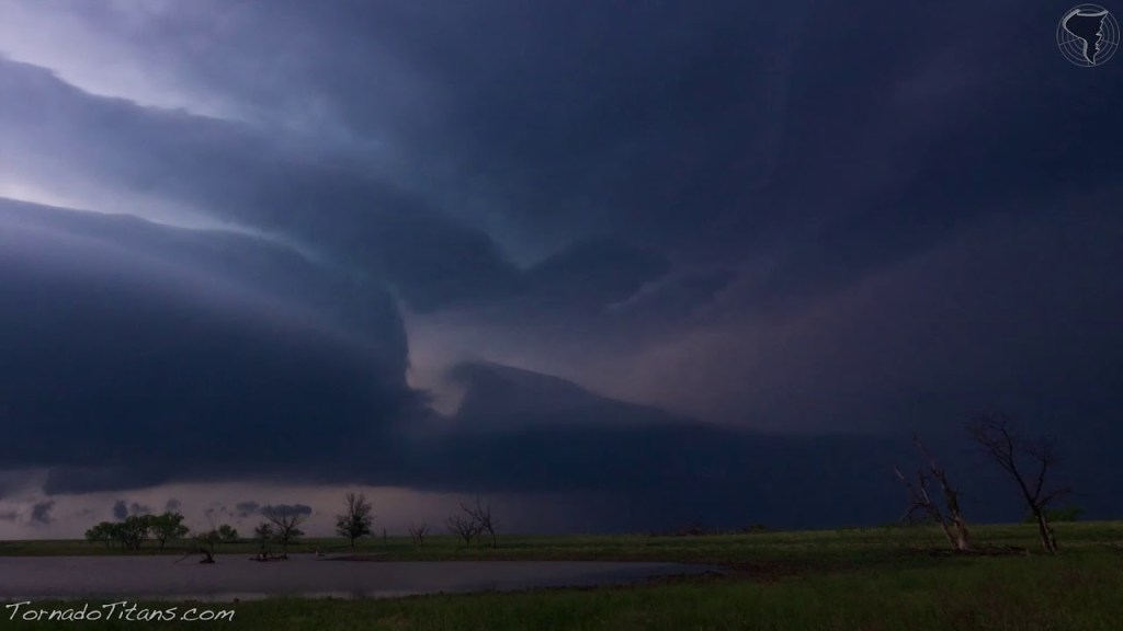 May 7, 2014 Storm Chase | Decaying Supercell East of Waurika, OK With Pretty Hues