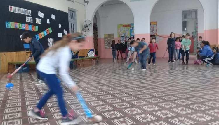 Saldungaray – Los chicos de la Escuela Primaria Nº 2, ya pueden aprender Hockey!