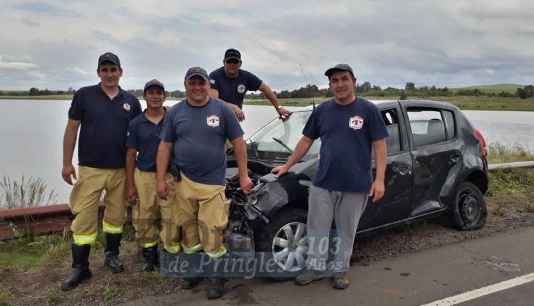 Paso Piedras – Retiraron con éxito el vehículo que cayó al agua