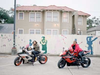 photographer-akasha-rabut-was-out-and-about-on-super-sunday-in-new-orleans-when-she-came-across-two-women-sitting-on-motorcycles
