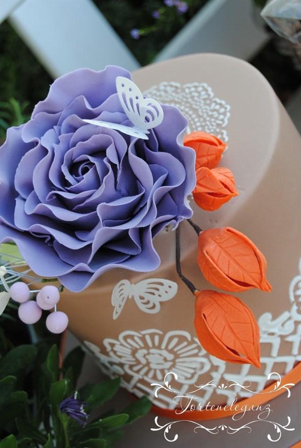 Kurs Torte hellbraun mit Spitze und Rose