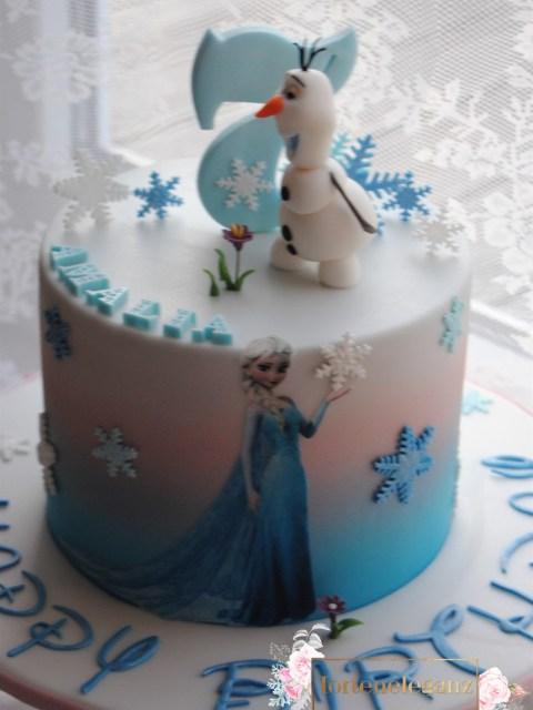 Olaf Torte die Eiskönigin am Fenster