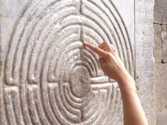 Il labirinto scolpito sopra una pietra del porticato antistante la cattedrale di San Martino di Lucca