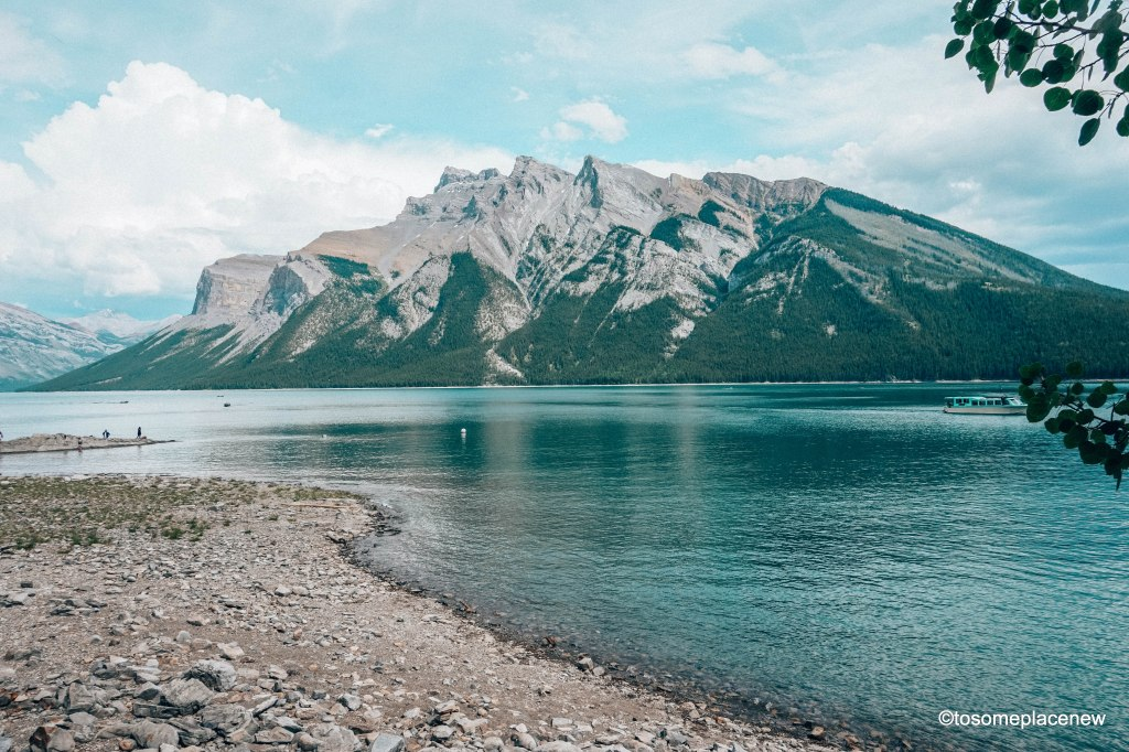 Beautiful Banff National Park in Canada. The perfect 5 day Banff Itinerary for non-hikers. Enjoy a gondola ride, hot springs with mesmerising mountain views, relax by lakes & gardens in Banff!