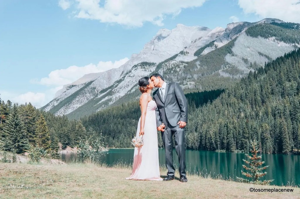 The perfect 5 day Banff Itinerary for non-hikers. Enjoy a gondola ride, hot springs with mesmerising mountain views, relax by lakes & gardens in Banff!