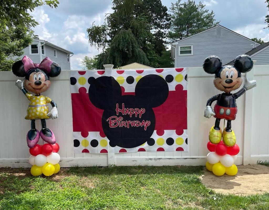 So many celebrations this weekend! #mickeyandminnieballoons #njballoons #balloonsoutside #birthdayballoons #balloonsnearme #balloonsbytotalparty #eastbrunswickballoons #northbrunswickballoons #centraljerseyballoons