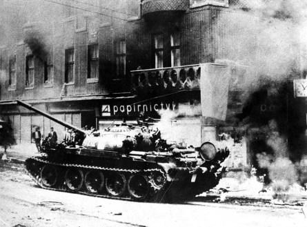 Okupační tank v ulicích Prahy (1968)
