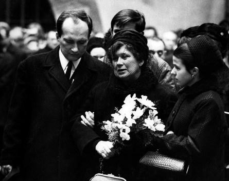 Pohřeb Jana Palacha, Jiří Palach, Libuše Palachová a Ilona Palachová, Karolinum 25. leden 1969 (foto: Miloš Schmiedberger)