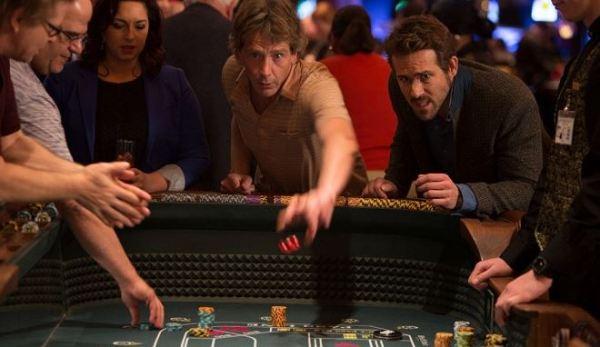 Ben Mendelsohn a Ryan Reynolds ve filmu Hazardní hráči