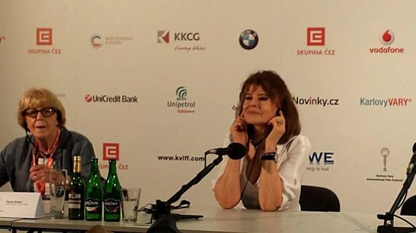 Fanny Ardant poslouchá otázku na tiskovce (foto: totalfilm.cz)
