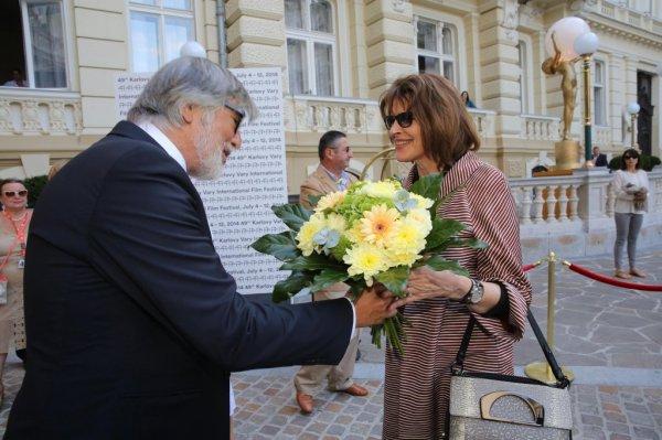 Jiří Bartoška vítá Fanny Ardant ve Varech (foto: KVIFF)