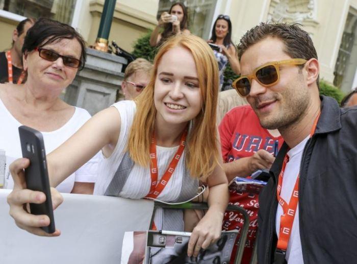Jamie Dornan se fotí s fanoušky před hotelem Pupp