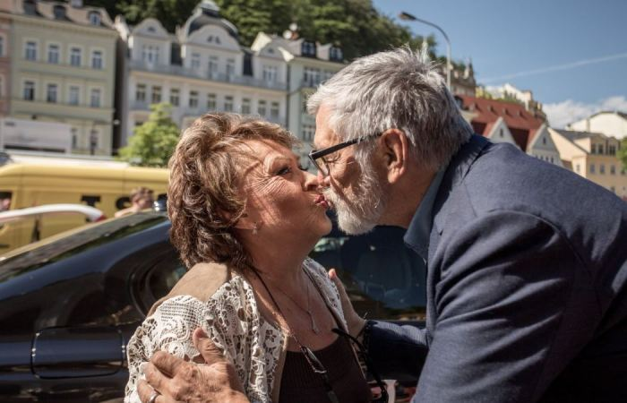 Jiřina Bohdalová se vítá s Jiřím Bartoškou před projekcí filmu Ucho