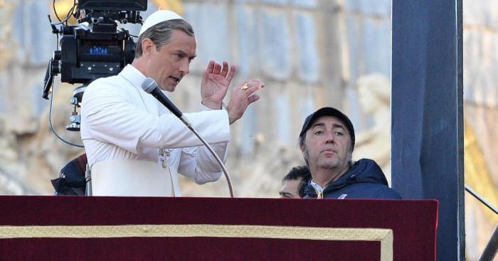 Jude Law s Paolem Sorrentinem při natáčení seriálu Mladý papež