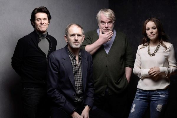 Willem Dafoe, režisér Anton Corbijn a Philip Seymour Hoffman s Rachel McAdams na snímku z propagace na letošním Sundance festivalu