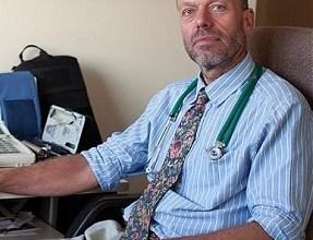 """Photo of Doctor învinuit de """"hărțuire"""" pentru că a vorbit despre Dumnezeu unui pacient"""