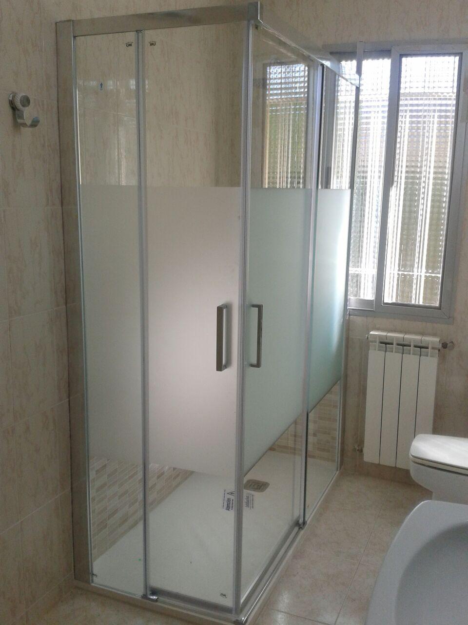 Cambio de baera por ducha con mampara contra ventana