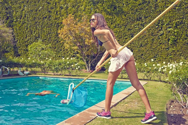gourmet-upskirts-sneakers-publicite-fille-sexy-piscine