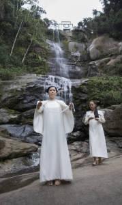 Mariko Mori inaugurando a sua obra na cachoeira Véu de noiva, em Muriqui - Leo Aversa / Divulgação